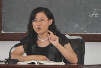 黄洁洵老师正在上课